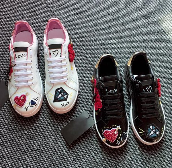 Novos Designer de Sapatos De Couro Das Sapatilhas Das Mulheres Clássicos Casuais Franch Luxo Marca de Sapatos de Diamante amor bordado Andando Runnig Durável 60