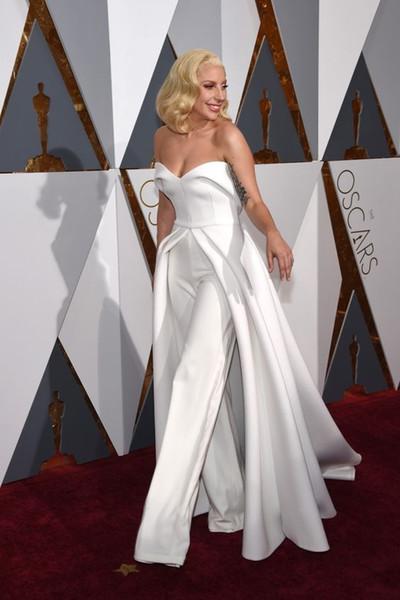 Moderne weiße Dame Abend Celebrity Dresses 2019 Gaga Jumpsuits Schatz Langer Rock Open Back Roter Teppich Abschlussball Formelle Kleidung Billig