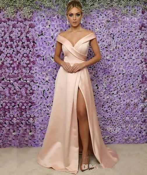 2019 Sexy Blush Pink A-Linie Brautmutterkleider Schulterfrei V-Ausschnitt Satin Hohe Vorderseite Split Bodenlang Hochzeitsgast Abendkleider