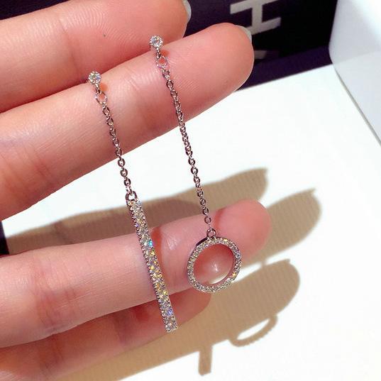 Los nuevos aretes asimétricos de plata 925 con aretes de cristal brillante son ideales para los regalos de joyería de boda