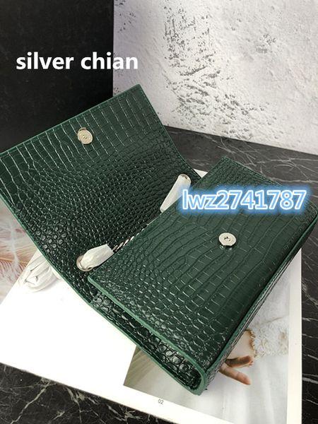 Verde com corrente prateada
