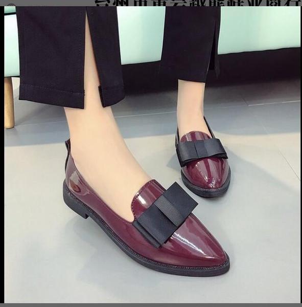 La nuova versione sudcoreana imposta la scarpa da studente con tacco basso a fiocco