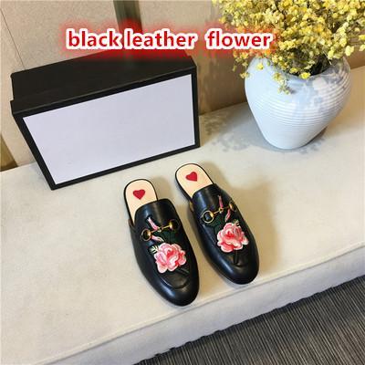Pelle nera con fiore
