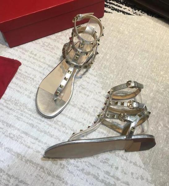 Les dernières chaussures de plage de l'été tongs designer jelly sandales occasionnelles dames en plein air rivets plats de luxe sandales arc sauvage femme rivée