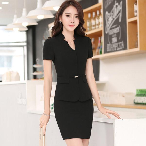 abrigo negro y una falda