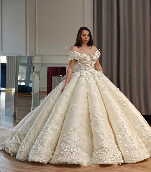 2019 Magníficos apliques florales en 3D Vestidos de novia de flores Fuera del hombro Vestido de fiesta con volantes Vestido de novia con cuello transparente con cordones
