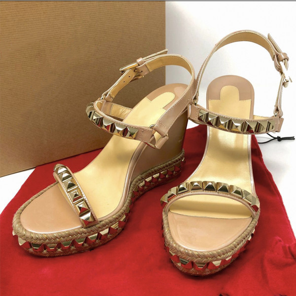 NEUE rote untere Keil Cataclou Sandalen Espadrille Plateauschuhe Lackleder Nieten Damen Sommer Luxus High Heel Sandalen 25 Farben