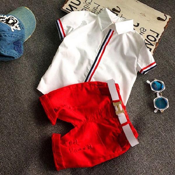 Maglietta bianca + pantaloni rossi, nessuna cintura