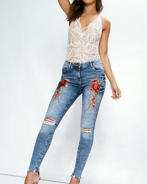 Modèles d'explosion femmes pieds pantalon designer trou rose broderie jeans femme pantalon crayon en 3 couleurs