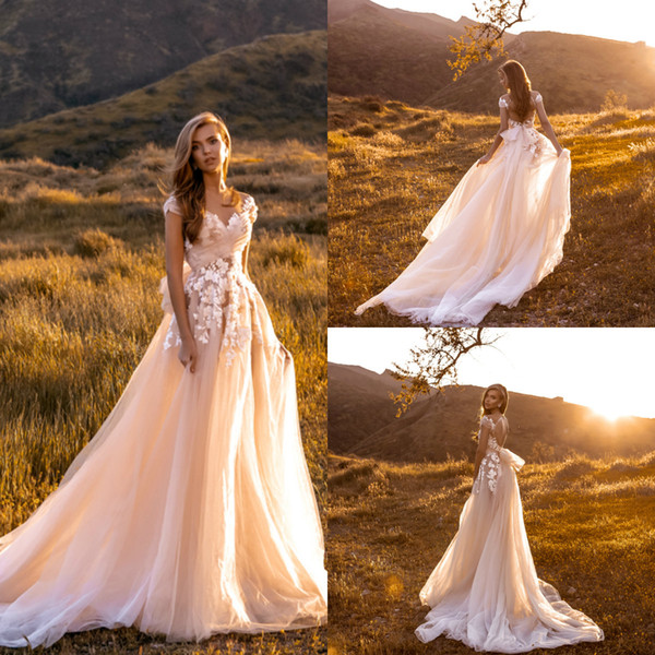 2019 Crystal Design Beach Abiti da sposa Una linea Applique in pizzo con scollo a V Boemia abito da sposa Hollow Back Country Boho Abiti da sposa