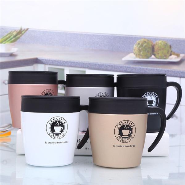 Vaso de agua con taza y taza