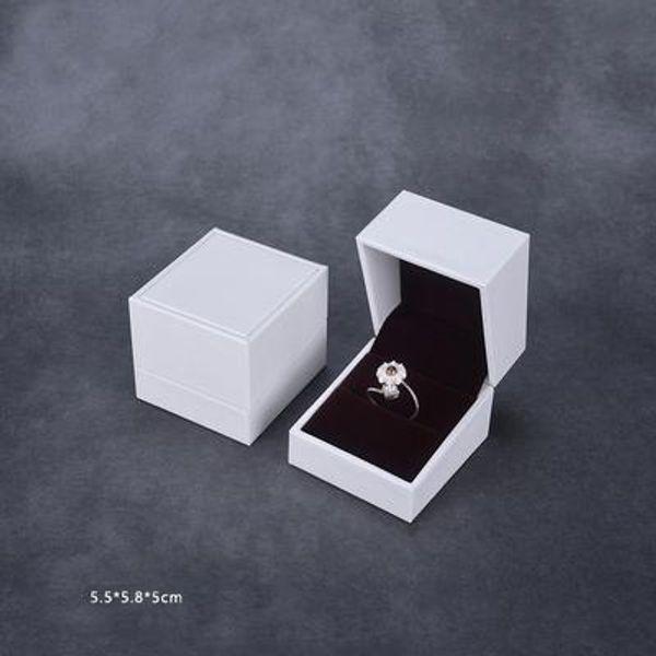 Кольцевая коробка белого цвета