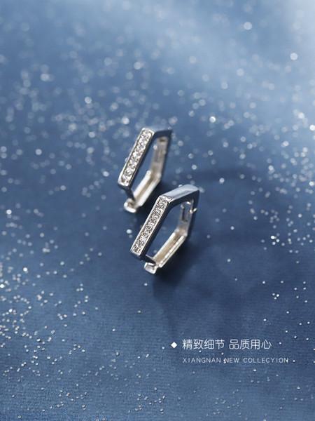 Botón de oreja pentagonal de plata 925 Temperamento japonés y coreano Uñas de oreja Pendientes comodín salvaje simple Viento frío