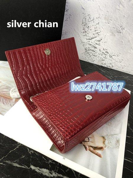 vermelho com corrente de prata