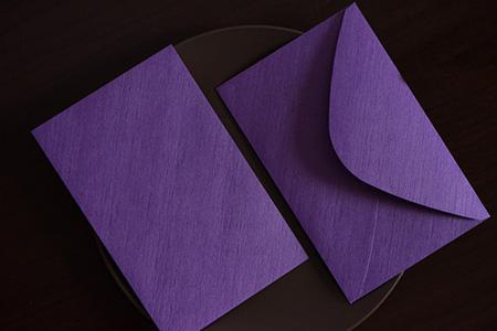 Mit lila Umschlag