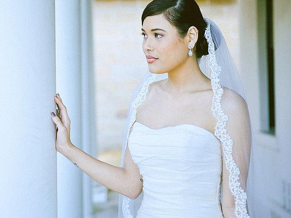 Hot Amazing Real Picture Elegant One Layer Lace Applique Edge Chapel Length Custom White Ivory Red Alloy Comb Wedding Veil