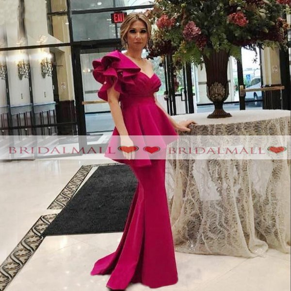 Una spalla fucsia raso abiti da sera formale sirena 2019 sexy ruffles peplo madre del vestito da sposa plus size lungo abiti da ballo di promenade