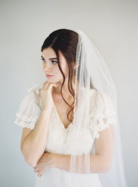 Hot Amazing Real Picture One Layer Lace Bridal Veils Chapel Length Applique Edge Alloy Comb White Ivory Red Meidingqianna Brand