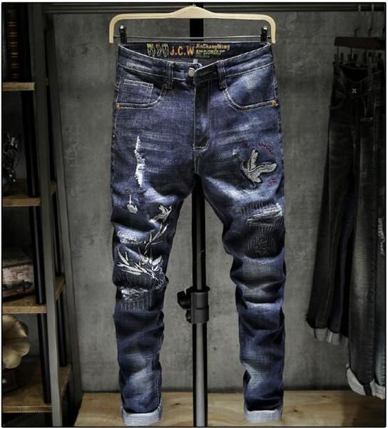 2019 Nova chegada! Calças de brim dos homens micro-elástico com zíper aberto da juventude de viagem bordados jeans ..