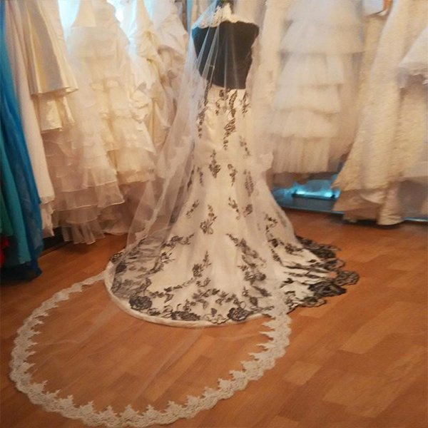New High Luxury Quality Designer Bridal Veils One Layer Lace Applique Edge Cathedral Length White Ivory Meidingqianna Brand Alloy Comb