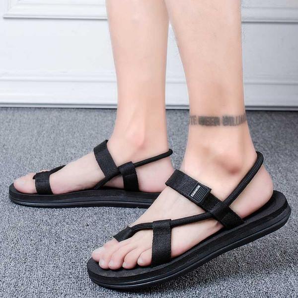 Les hommes portent des tongs par-dessus leurs chaussures de plage antidérapantes