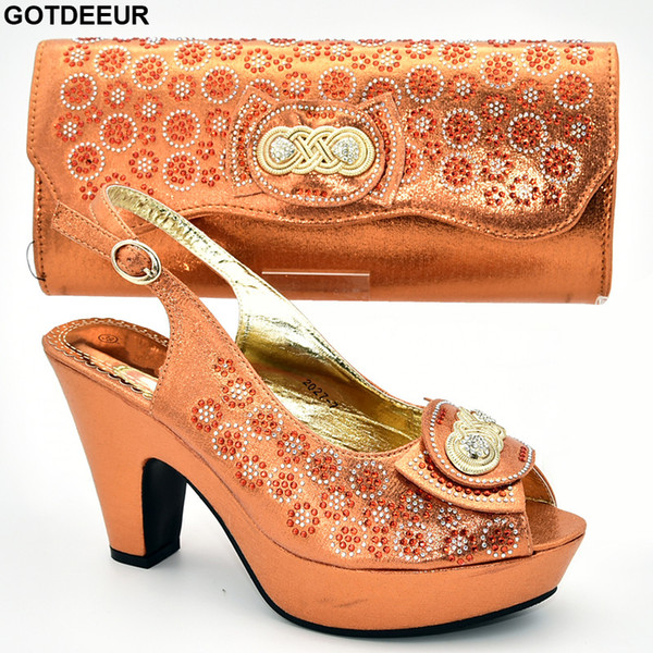 Sapatas e sacos das mulheres para combinar a venda Sapatas e o saco ajustados do partido das mulheres nigerianas decoradas com as sandálias das senhoras do cristal de rocha com saltos