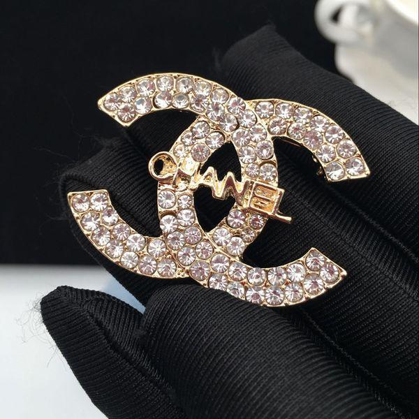 Famoso designer spille di cristallo caldo strass lettera spilla pin corpetto spille di lusso donne gioielli moda decorazione promozione costume