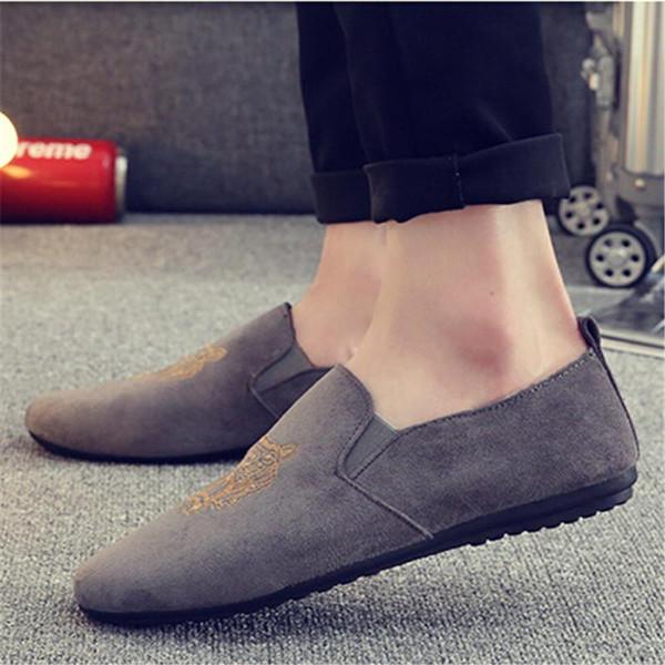 Los hombres de la moda del envío libre se deslizan en los zapatos de terciopelo para hombre Zapatillas de terciopelo casuales Zapatos de vestir británicos Pisos de los hombres Zapato del banquete de boda