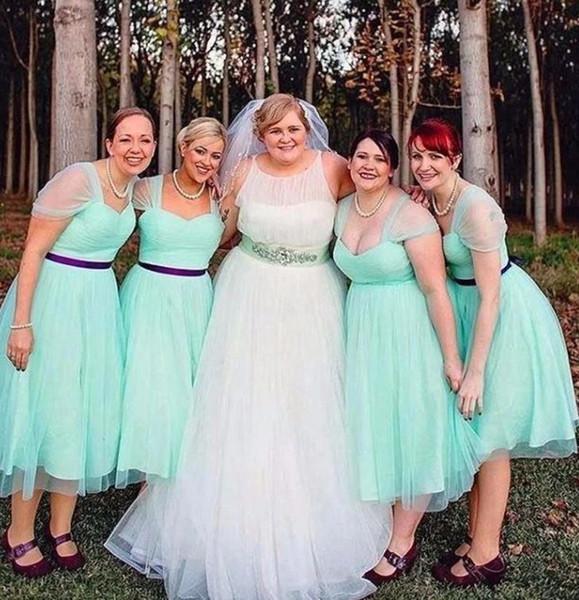 Taglie forti Mint Lunghezza tè Abiti da damigella d'onore Una linea Tulle Cap maniche corte Pieghettato Pieghevole Viola Sash Wedding Party Dress Custom Made