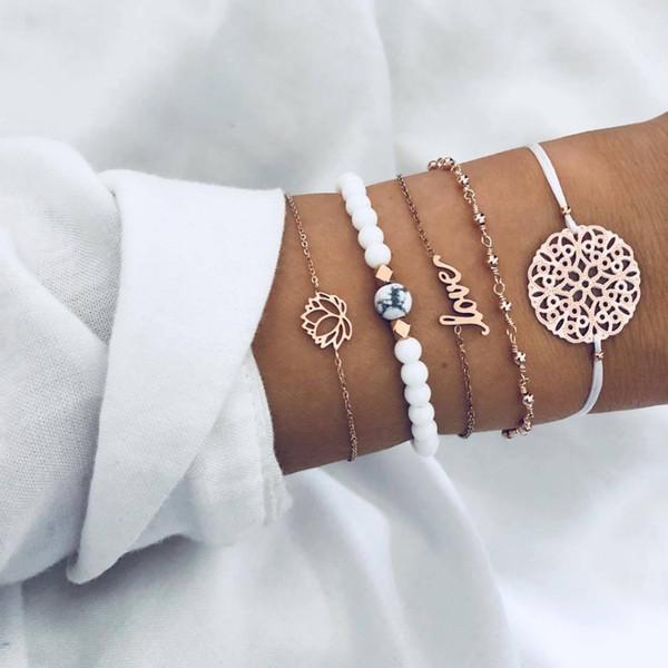 5 Teile / satz Unisex Edelstahl Armband Hohl Lotus Buchstaben Anhänger Blume Stück Weiße Perlen String Blau Perlen Schmuck