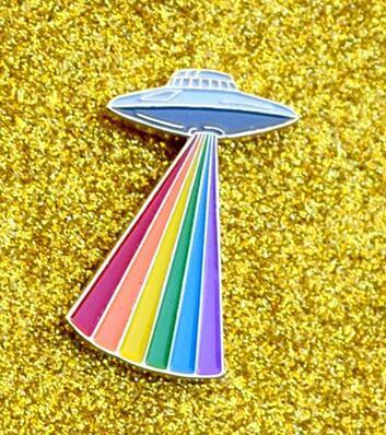 Gay Alien Pride UFO che irradia l'orgoglio Rainbow Enamel Risvolto UFO Grey Alien LGBTQ + Pin celebrativo