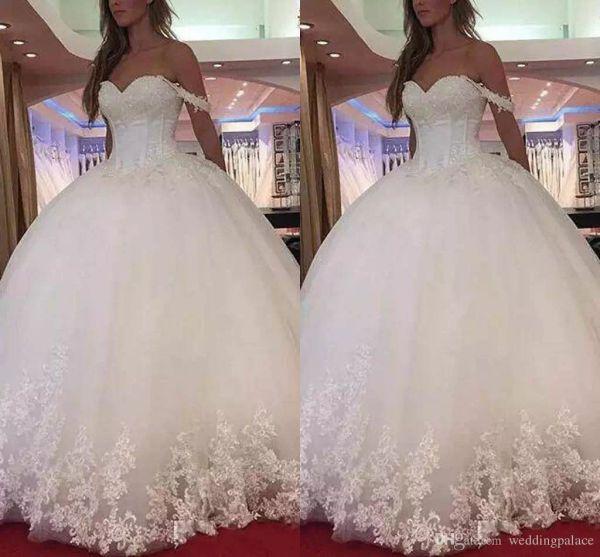 2018 Abiti da sposa popolari fuori dalla spalla con gli abiti da sposa del treno di spazzata con gli abiti di nozze dell'abito di palla di applique del pizzo