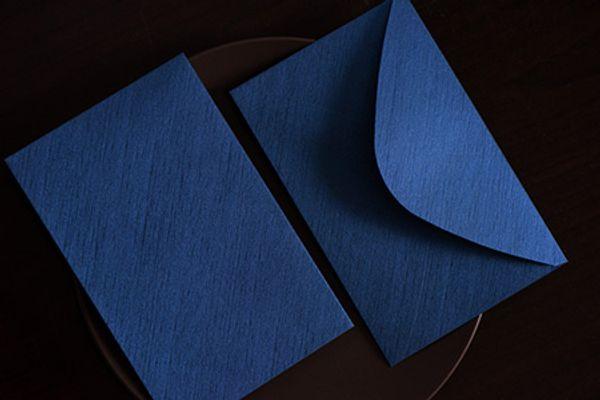 Mit blauem Umschlag