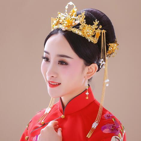 The bride's antique headdress Fengguan Xiuhe kimono and cheongsam with Chinese style comb ornaments, wedding dress and hairdress