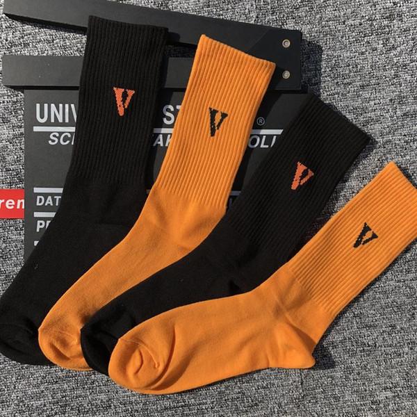 19SS Avrupa ve Amerikan sokak büyük V siyah turuncu mektup aynı tüp çorap ile yıldız erkekler ve kadınlar toptan çorap