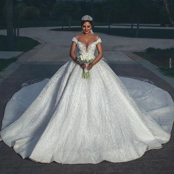 Court Sheer cou manches en dentelle robe de bal arabe Dubai robe de mariée perles Backless Traîne chapelle robe de mariée grande taille robe de mariée