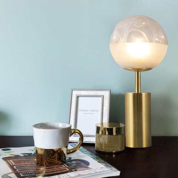 Bola de cristal de oro europea Iluminación de cobre Barra de mostrador de noche Mesita de noche Decoración Poste Cabeza única Lámpara de escritorio manchada Inicio