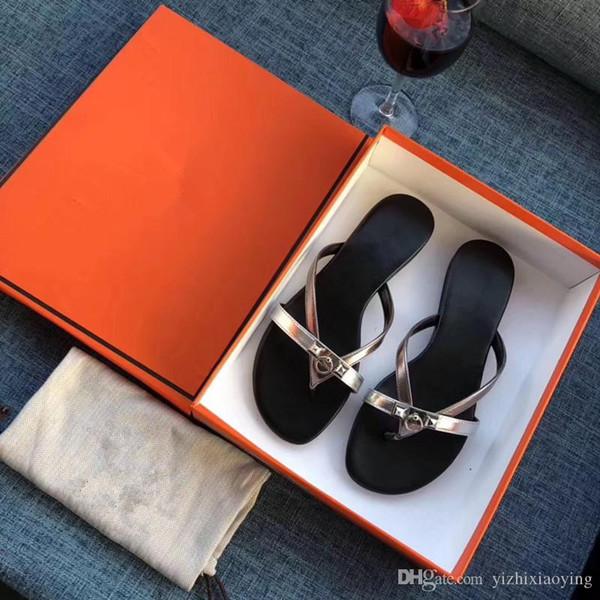 Frauen Hausschuhe mit Box Luxuxentwerfer Ladies Beach Slipper Espadrilles Niet-Bolzen-Hausschuhe Anti-Rutsch-Ledermens-beiläufige Spikes hy19072908