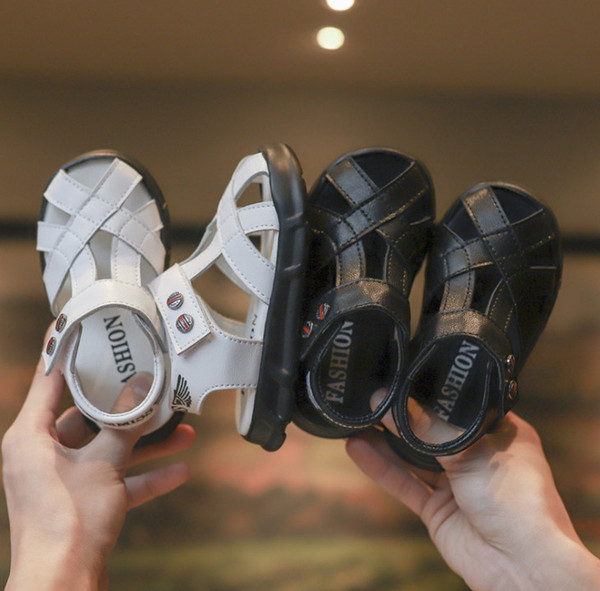 Jungen Sandalen Kinder Brief gedruckt Sandalen Kinder hohlen PU Leder atmungsaktive Schuhe 2019 Sommer neue Mädchen rutschfeste Freizeitschuhe F6238