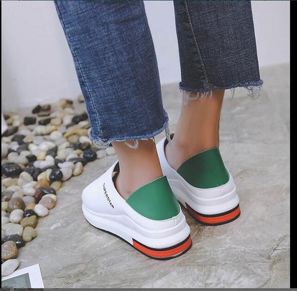 Die Schüler tragen eine Vielzahl von flachen weißen Schuhen mit dicken Plateausandalen