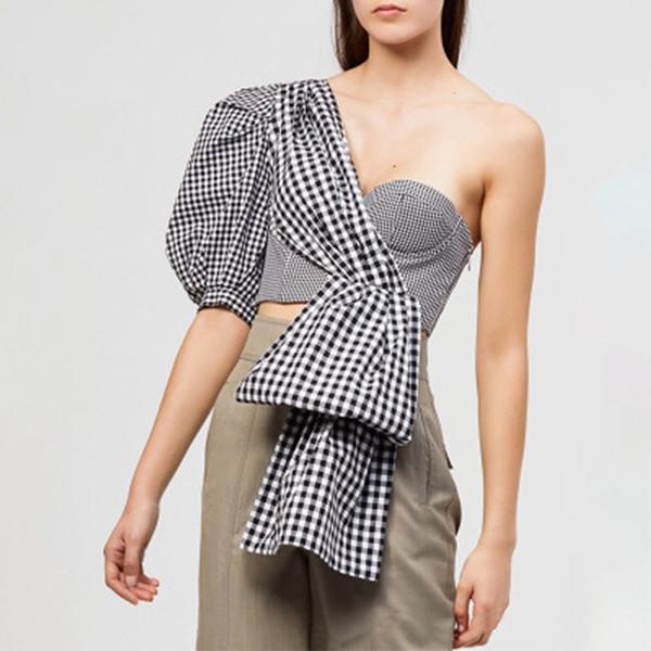 Camisa de moda de un hombro para mujer, dobladillo irregular, manga de soplo, corrector blanco y negro
