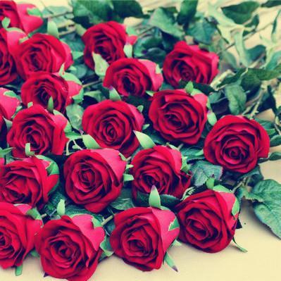 Künstliche Velet Roses Flower Single Stem Red Rose Blumen mit grünem Blatt für Hochzeit Home Party dekorative Kunstblume