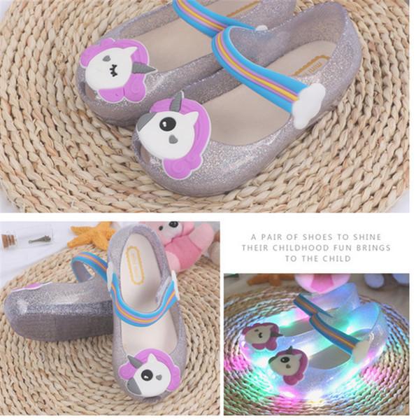 Niños Little Mary Luz LED Unicornio Sandalias Niños Cute Cartoon Jelly Rainbow Zapatos Chicas Verano Pricess Vestido de playa Sandalias frescas new