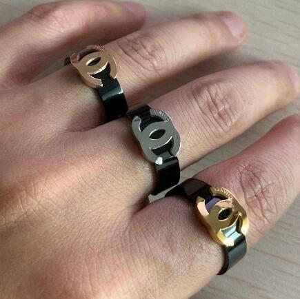 Nueva llegada Diseñador Anillos de boda para los amantes Marca de diseñador 3 colores Anillo de acero de titanio Anillo de compromiso del estilo de la flor antigua para mujeres