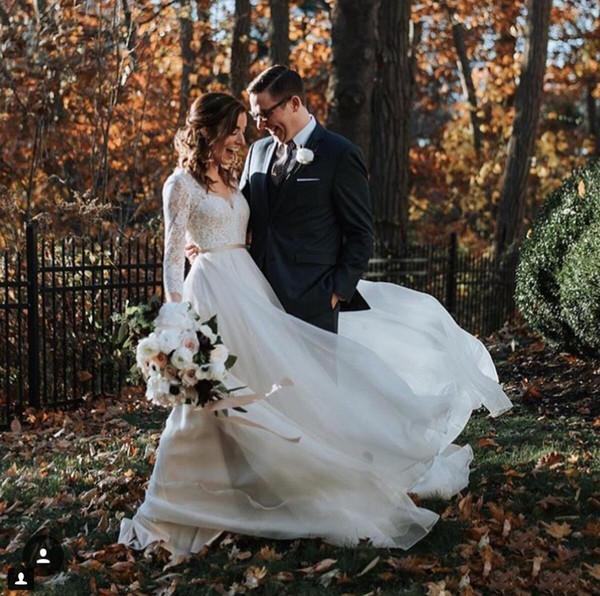 Vestidos de novia de encaje de país Una línea con cuello en v Cinturón de manga larga Chiffon Sweep Train Garden Beach Boda vestidos de novia 2019
