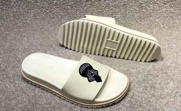 2019 yeni klasik erkek terlik marka tedarikçisi moda high-end özel tırnak boncuk erkek ayakkabı rahat siyah ve beyaz rahat