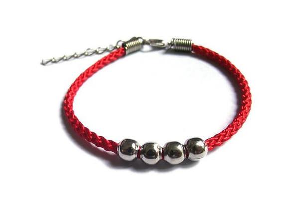 Handgeflochtenes Perlenarmband mit vier Perlen und rotem Seil