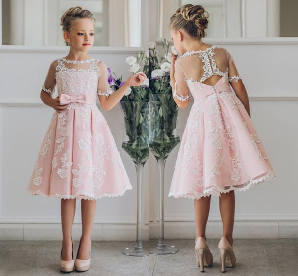 2019 Fancy Blush Pink Comunione Flower Girl Dress con appliques mezze maniche al ginocchio Lunghezza Girls Pageant Gown con fiocchi a nastro per Natale