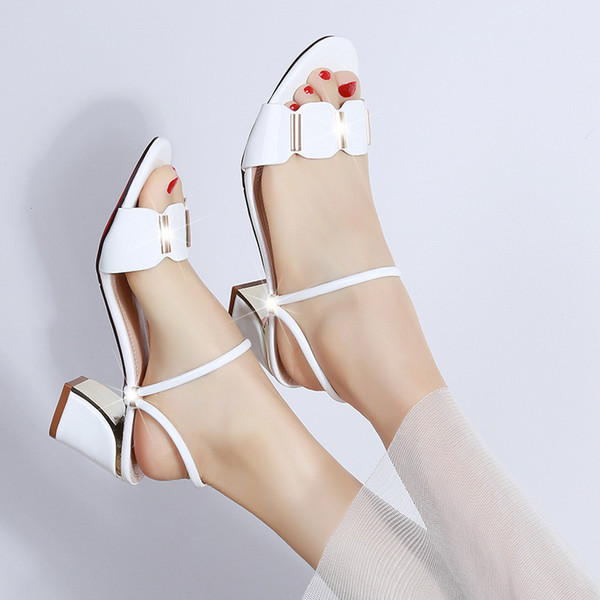 2019 verano nuevo estilo simple y simple sandalias de color sólido mujeres cómodas de metal decorativas casuales zapatos.