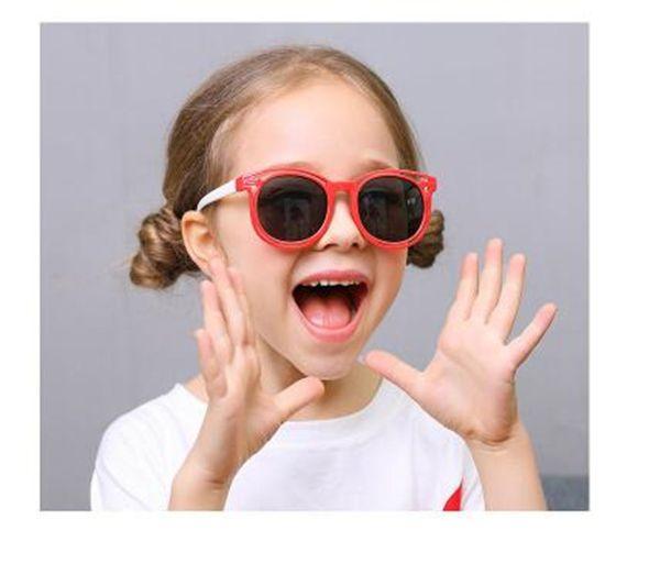 Gafas de sol de moda de silicona para niños Se pueden elegir muchos tipos de colores. Gafas de sol preciosas y animadas para la protección del medio ambiente.